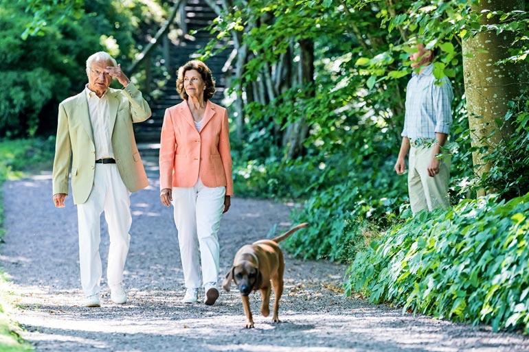 Ruotsin kuningaspari meni linnan puistoon  Brandie-koiransa kanssa, joka sai ulkoilla vapaana.