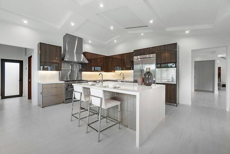 Hieno avokeittiö tarjoaa luksustalon asukkaille ammattimaiset puitteet ruoanlaittoon.