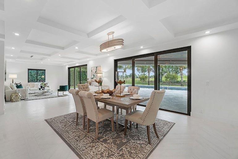 Talossa on peräti 415 neliötä. Sisustus on tunnelmaltaan rauhallinen. Maanläheisiä värejä on käytetty tehosteena.