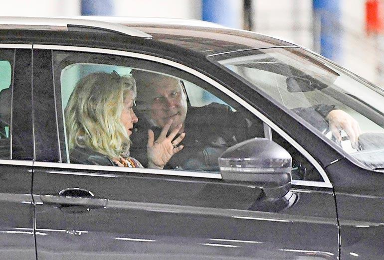Kyyhkyläiset kävivät autossa myös pitkiä ja henkeviä keskusteluja. Katariinaa ei hidastanut hänen vasemmassa nimettömässä ollut vihkisormus.