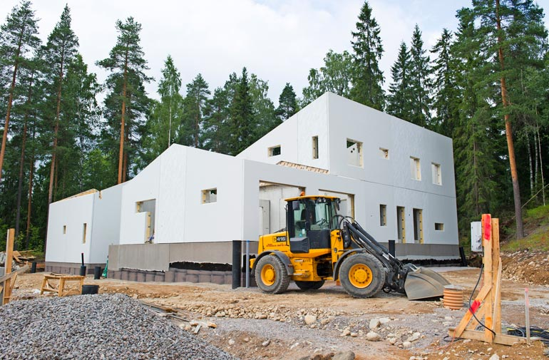 Perhe asuu 450-neliöisessä kivitalossa Hollolassa. – Kotiovelta pääsee suoraan hiihtoladulle.