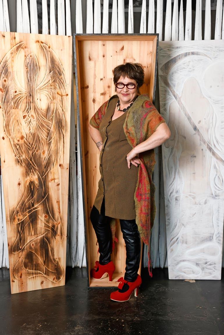 Hanna valmistaa arkut raakapuusta ja tekee taidekaiverrukset tilaustyönä. – Jokainen saa viimeiselle matkalleen juuri haluamansa näköisen leposijan.