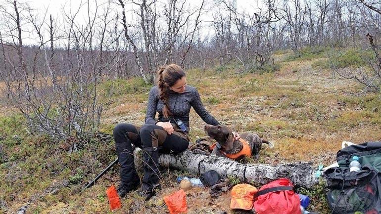 Nelisen vuotta erästelyä harrastanut Satu nautti kuksallisen kuumaa Lapin ruskaretkellä.