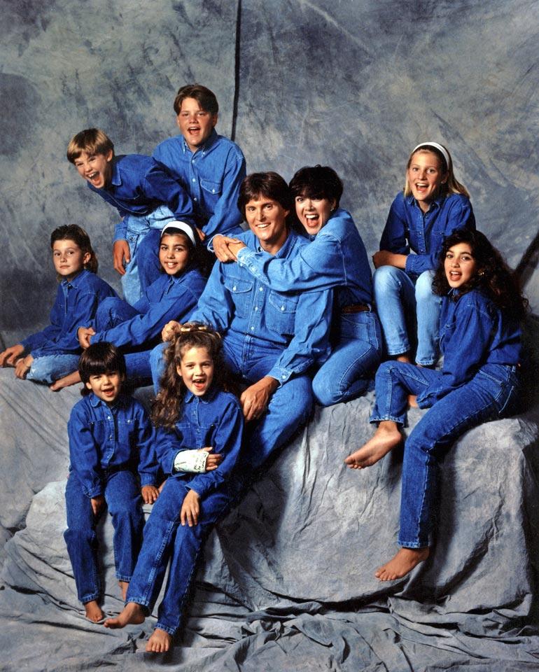 Vuoden 1991 kuvassa vasemmalta oikealle: ylärivissä Brandon Jenner ja Burton Jenner.  Keskirivissä Brody Jenner, Kourtney Kardashian, Bruce Jenner, Kris Jenner, Cassandra Jenner ja Kim Kardashian.  Alarivissä Robert Kardashian Jr. ja Khloe Kardashian.