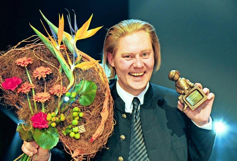 Äänestään tunnettu Pertti on voittanut lukuisia tv- ja radioalan palkintoja. Telvis-gaalassa vuonna 2000  Pertti valittiin suosituimmaksi radioääneksi.