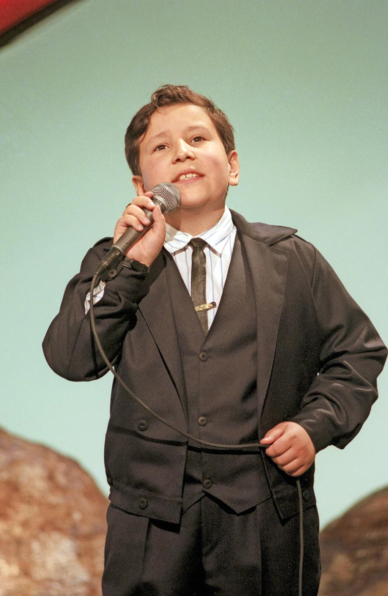 – Musiikki on monelle romanille tapa ilmaista tunteita. Laulussa voi sanoia asioita, joista ei voi normaalisti puhua, Leif sanoo. Kuva on vuoden 1990 Tenavatähti-kisasta.