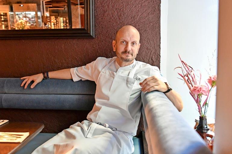 Ravintoloitsijatyön ja tv-ohjelmien lisäksi Hans on julkaissut 13 ruoka-aiheista kirjaa.