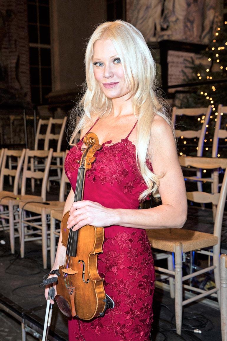 Linda Lampenius kertoo, että 45 vuoden ura viulistina on tuhonnut kaksi kaulan välilevyä. Kaunotar leikataan ensi viikolla Tukholmassa.