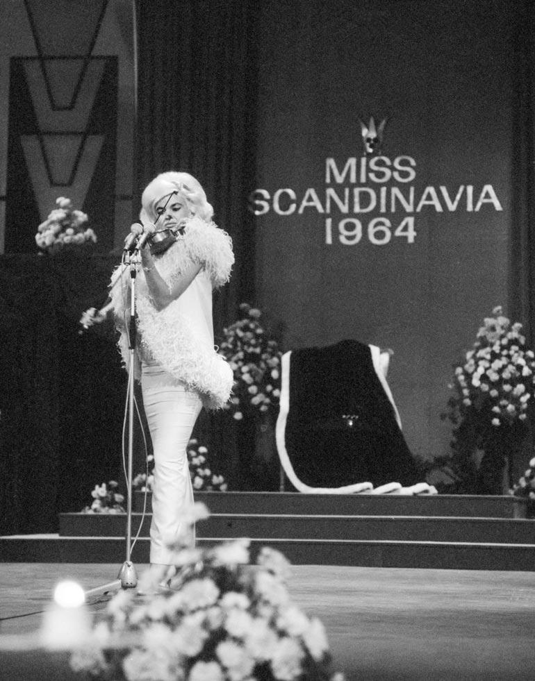 Suomalaiset miehet säntäsivät ihmettelemään seksipommia, kun tämä esitteli viulunsoitto- taitojaan Helsingissä kovaa korvausta vastaan 56 vuotta sitten.