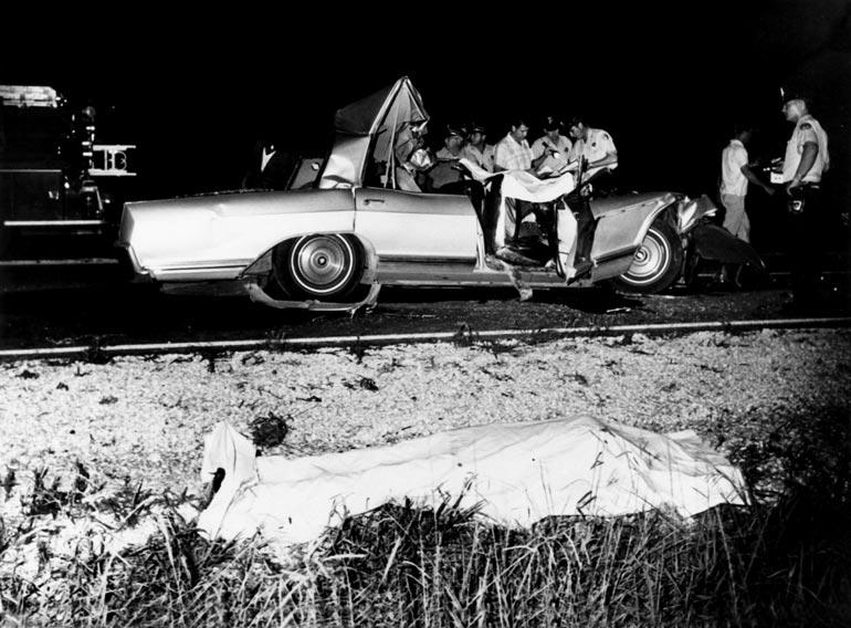 34-vuotiaana kuolleen seksisymbolin pään väitettiin sahautuneen onnettomuudessa irti, mutta huhun aiheutti onnettomuuspaikalta otetuissa kuvissa nähty peruukki.