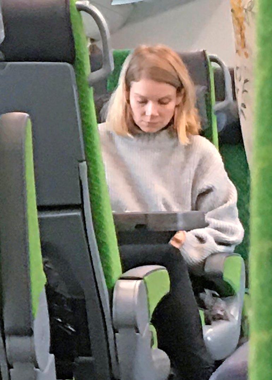 Pamela Tola hillitsi hermonsa junassa.