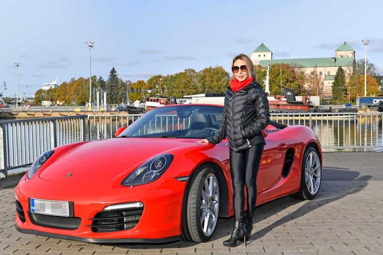 50 vuotta täyttävä Nadja Sukari sai miljonäärimieheltään syntymäpäivälahjaksi Porschen. Kaksipaikkaisessa tykissä piisaa hevosvoimia enemmän kuin tarpeeksi.