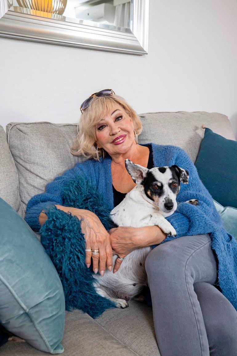 Nancy-koira viihtyy Nurmijärven-kodin uudella sohvalla.