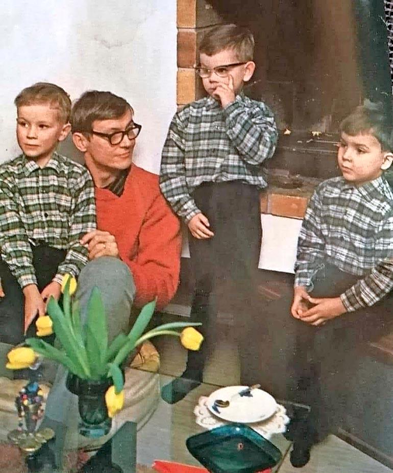 Isä ja pojat ryhmäkuvassa 1967: vasemmalla Ilkka, Juha-isä, Sami ja Kalle. Vainion viisilapsisen sisarparven tyttäret ovat Kati ja Suvi.