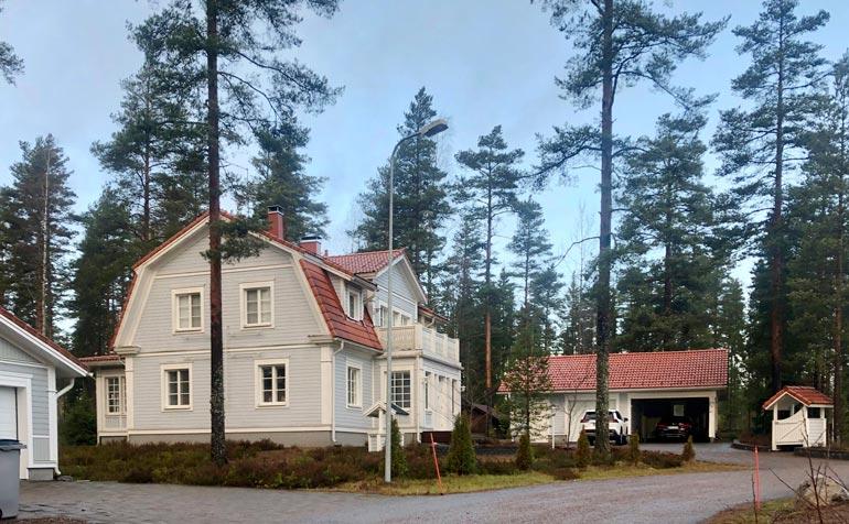 Avioparin arki kuluu nykyisin Nurmijärvellä tässä luksuslemmenpesässä.