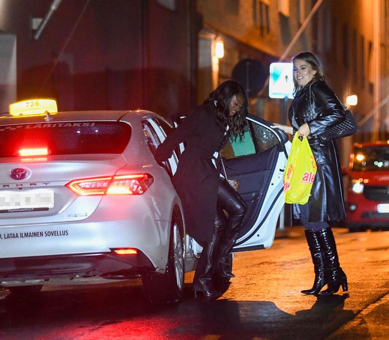 Sara ja Kelly nousivat ulos taksista hilpeällä juhlatuulella.
