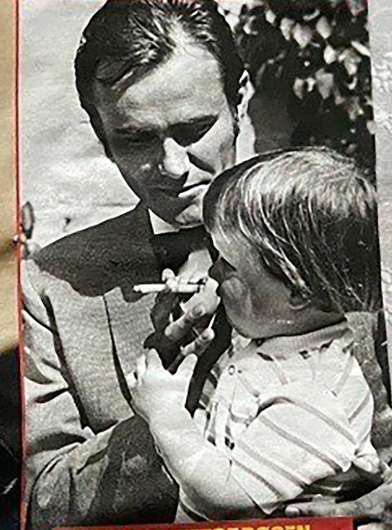 SE OG HØR 40/2020 Henrik maistatti vain kaksivuotiaalle Frederikille lehdistön edessä savukettaan 70-luvun alussa.