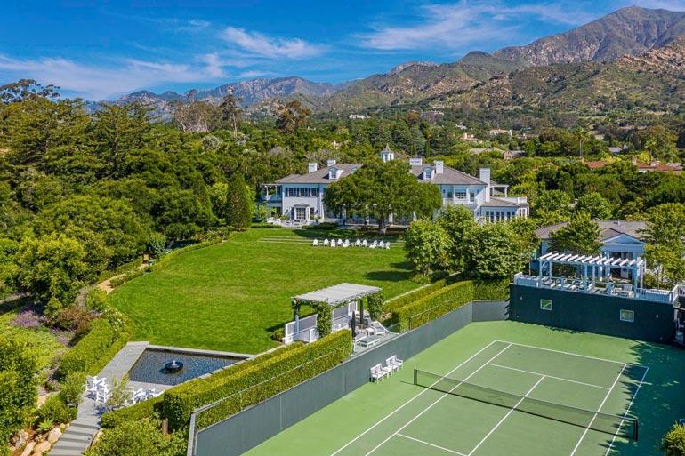 Vehreät nurmikot ja oma tenniskenttä tarjoavat aktiiviselle asukkaalle loistavat puitteet harrastuksille, ja isojakin pihajuhlia on helppo järjestää.