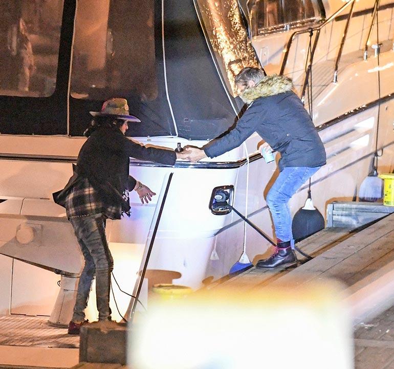 Loppuyöstä Andy ei päässyt enää ilman apua pois paatilta, vaan Sedu Koskinen tarjosi rokkikukolle auttavan käden.