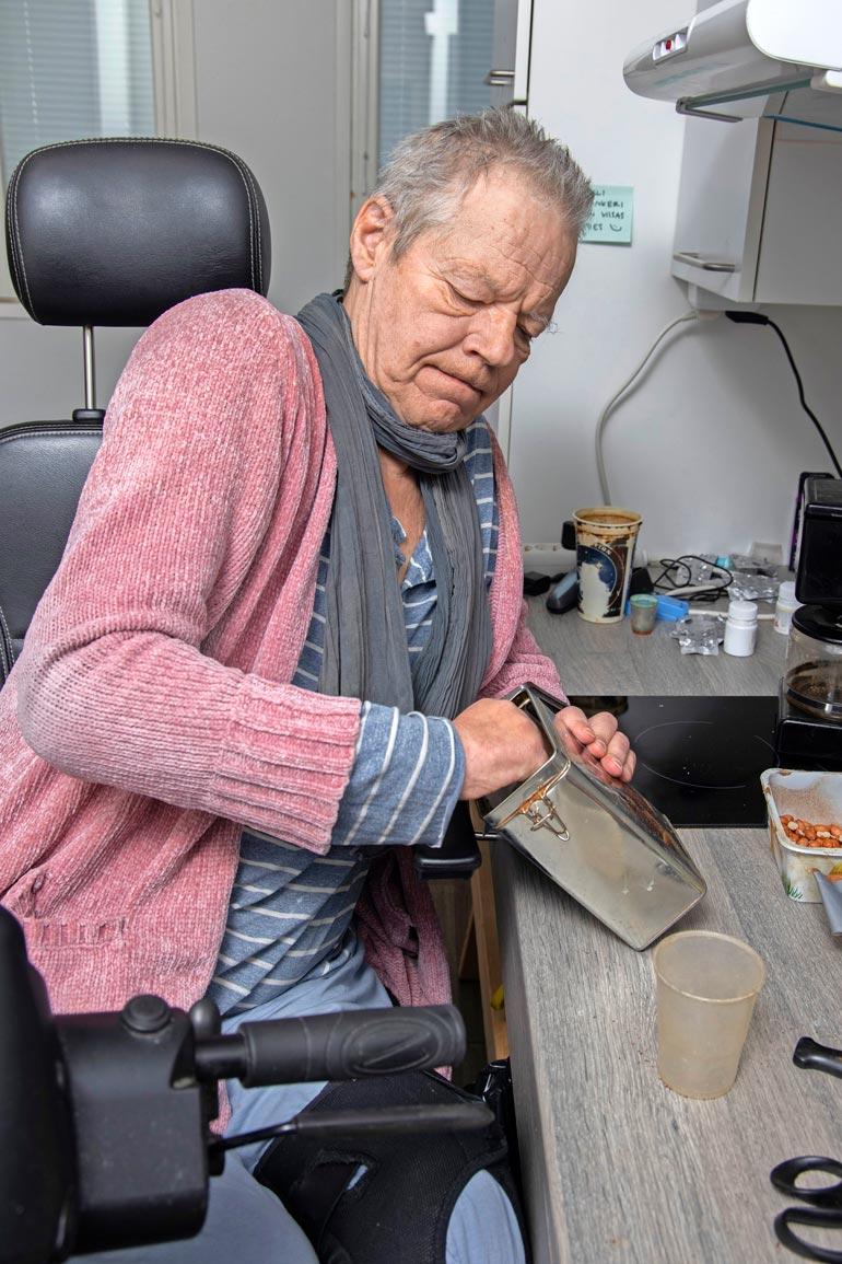 Polio on vienyt Ollilta liikuntakyvyn lähes täysin. – Pystyn käymään pikkuasioilla kaupassa, mutta kahvin keittämiseen ja kaikkeen muuhun melkein tarvitsen avustajan.