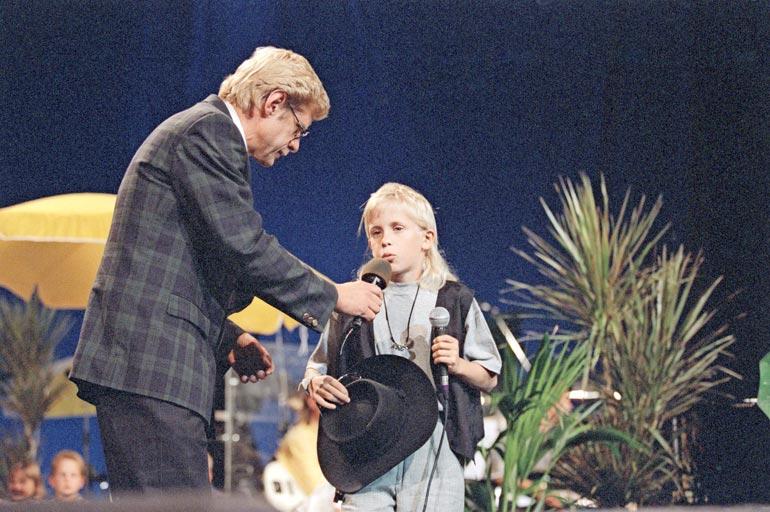 Katsojat muistavat Sepon sydämellisenä juontajana. Konsta voitti kisan vuonna 1994 Sammy Babitzinin kappaleella Daa-da daa-da.