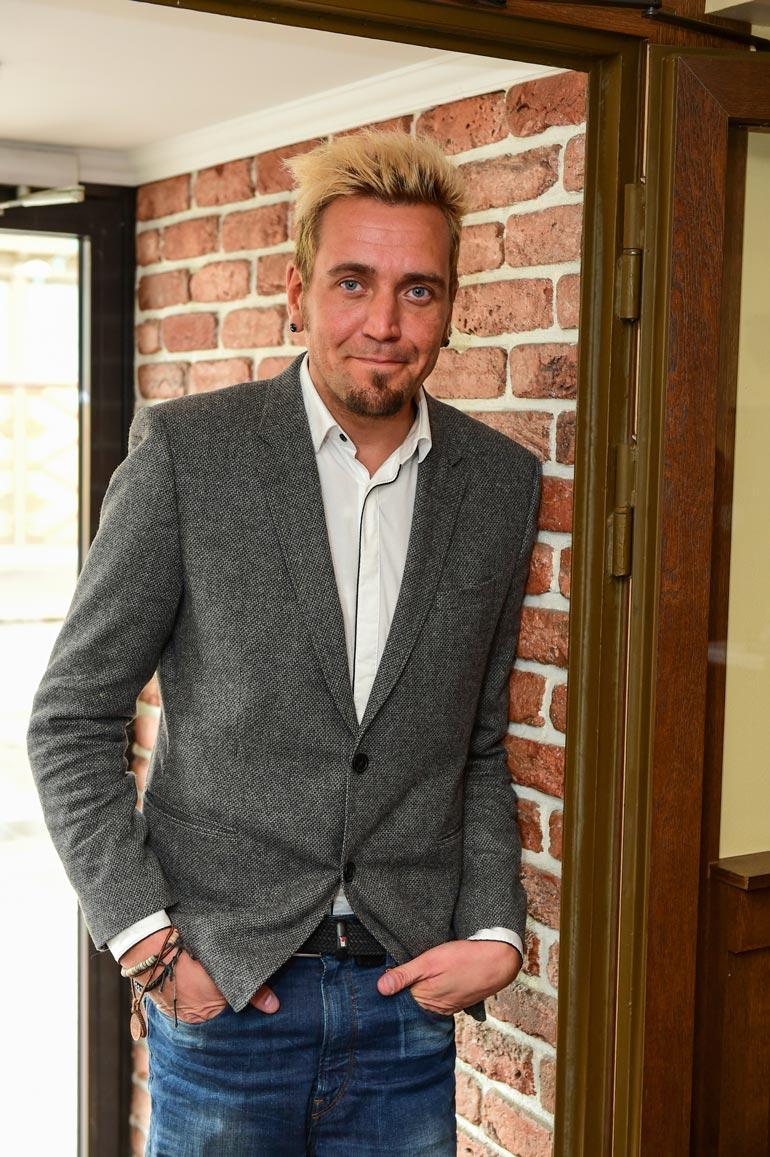 Kalle Keskinen on tuonut Suomeen lukuisia maailmantähtiä Bon Jovista Britney Spearsiin sekä järjestänyt Seinäjoen vauhtiajoja vuodesta 2004.