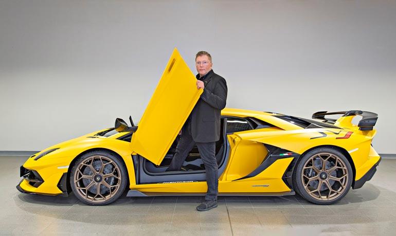Vesa Keskinen sai toissa viikolla yli miljoona euroa maksaneen Lamborghini Aventador SVJ:n. Lähes 800-hevosvoimaista keltaista kaunotarta on valmistettu vain 900 kappaletta, ja se on Suomessa ainoa laatuaan.