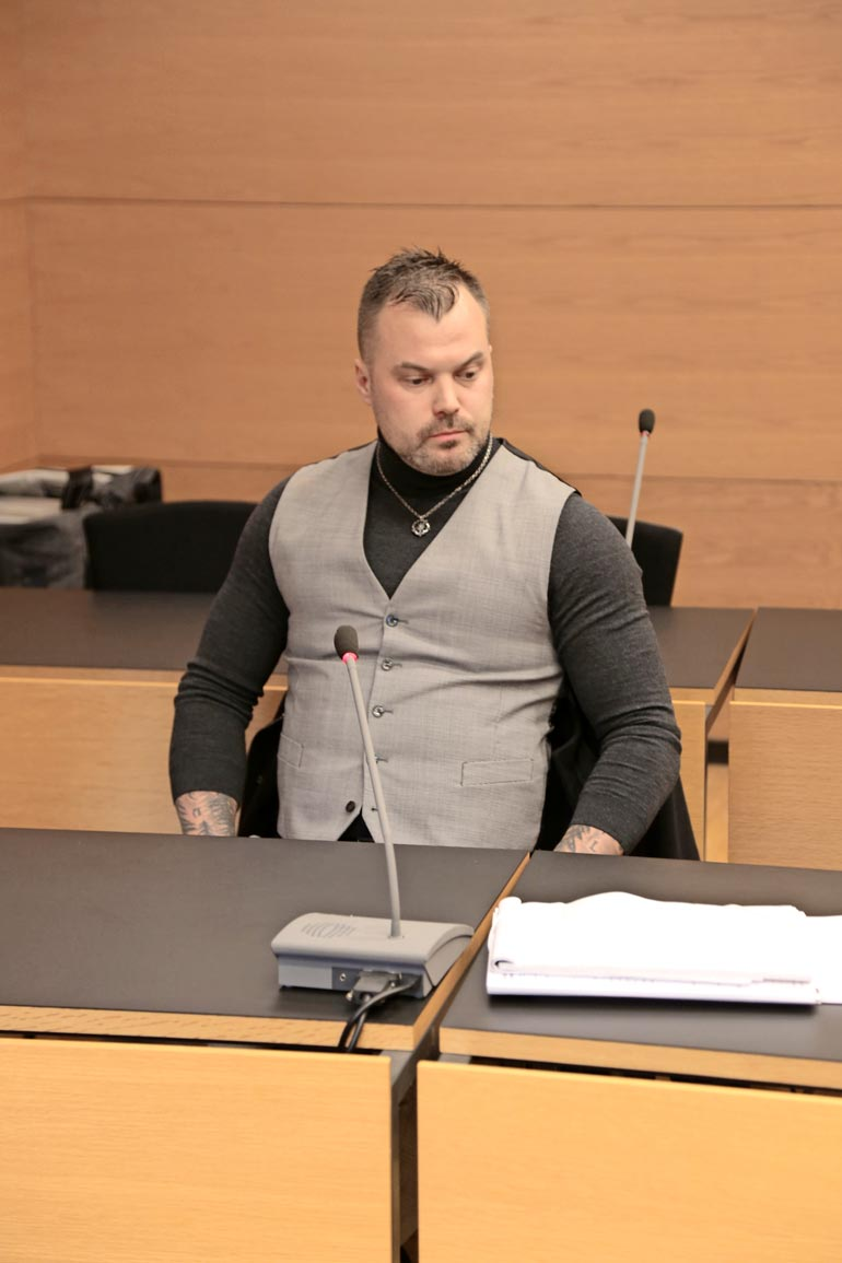 Syyttäjä hakee Heikki Koskelolle kahdesta pahoinpitelystä ja laittomasta uhkauksesta ehdollista vankeutta.  Tangoprinssi istui vakavana Helsingin käräjäoikeudessa viime torstaina.