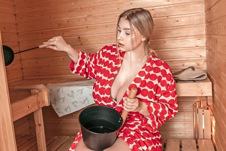 Pasha Pozdniakovan  arvokaksion sydän on luonnollisesti sauna. – En voisi ikinä muuttaa asuntoon, jossa ei pääse löylyttelemään, hän tuumii Marimekon kylpytakissaan.