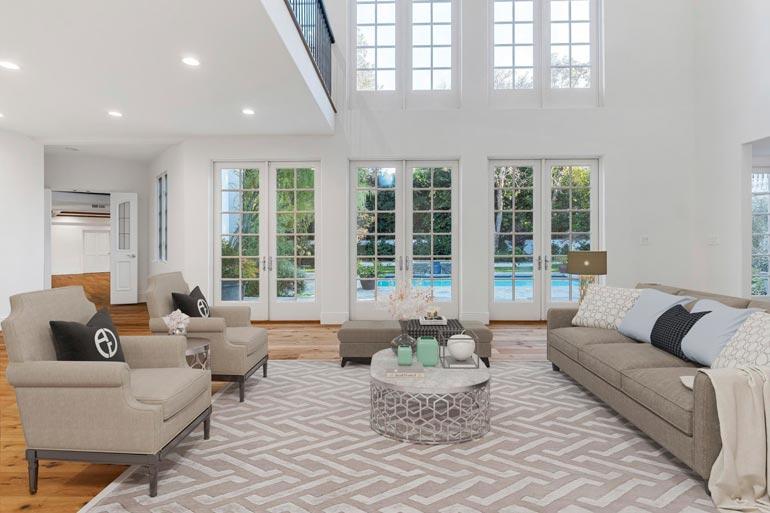 Korkeasta ja ilmavasta olohuoneesta aukeavat näkymät parvelle ja ylelliselle takapihalle.