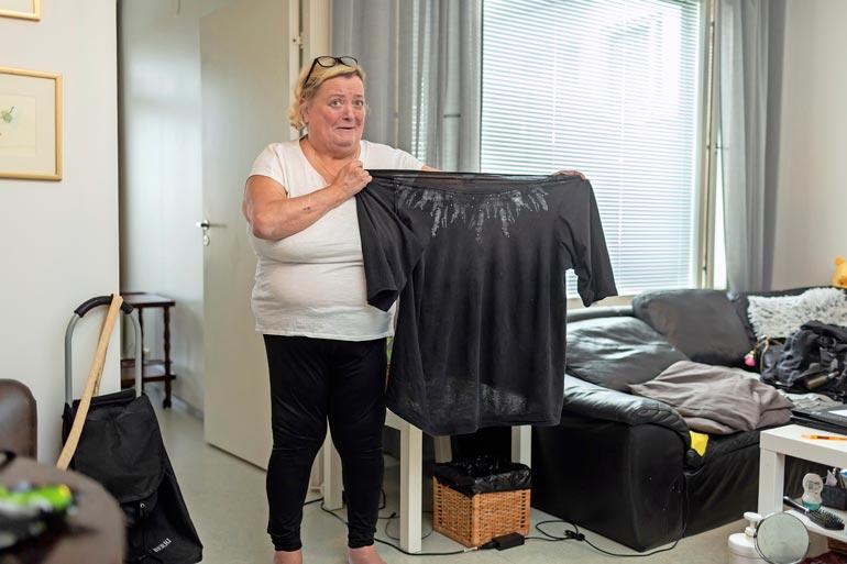 Marjo jätti itselleen muistoksi mustan trikoopuseron kokoa 62. –Tämäkin oli minulle silti liian pieni. Helma nousi ylös ja kiristi joka puolelta.