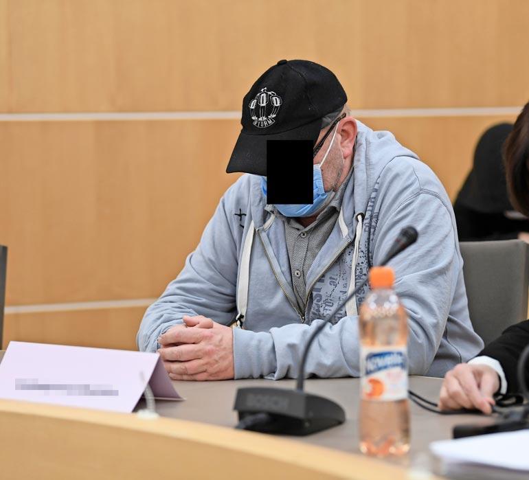 Lapsiporno-vyyhdin päätekijä peitti oikeudessa kasvonsa koronamaskilla.