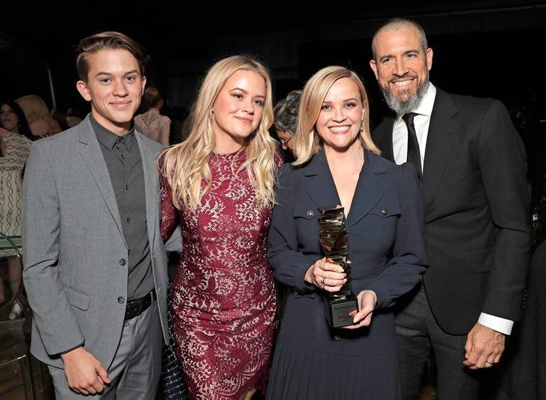 Reesen ja ex-mies Ryan Philippen tytär Ava on kuin ilmetty äitinsä. Kuvassa mukana myös poika Deacon ja nykyinen aviomies Jim Toth.