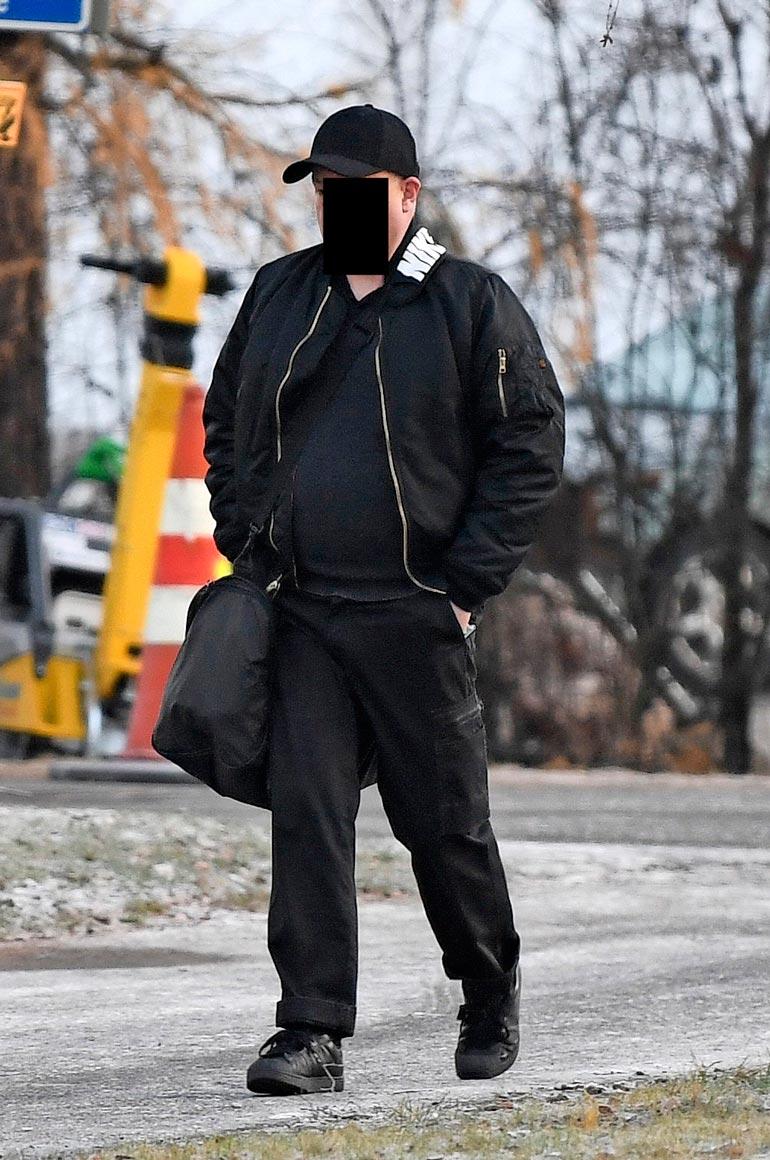 Eräs syytetyistä saapui oikeuteen mustin vaatteisiin pukeutuneena.