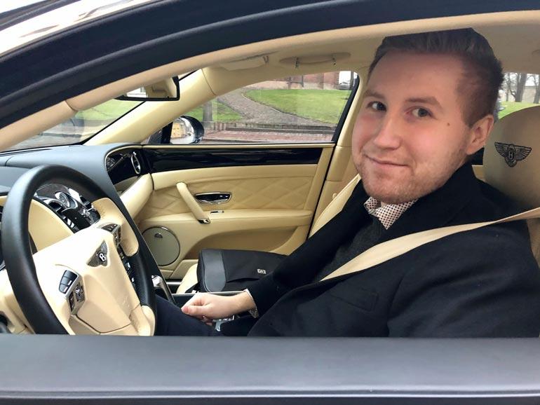 Jerome Rostedt kääntää Bentleyn rattia isä-Jetin nautiskellessa kyydistä takapenkillä. – Kyllähän sieltä välillä kaikenlaisia ohjeita satelee, Jerome nauraa.