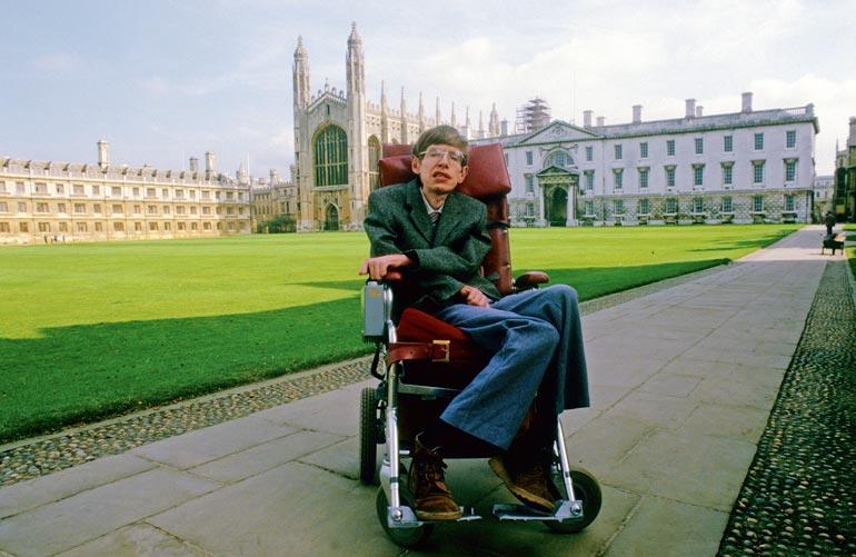 Kosmologi Stephen Hawking sairasti ALS:ää yli 50 vuotta. Taudin eteneminen pysähtyi ajoittain. Fyysikon pitkäikäisyyttä on pidetty ihmeenä.