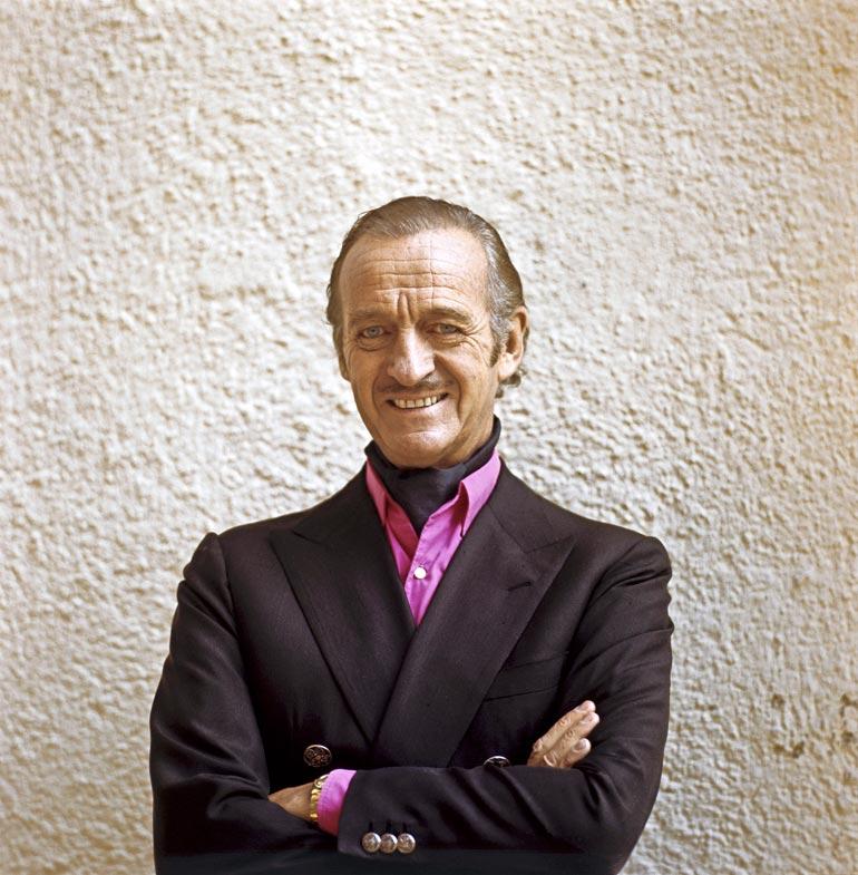 David Niven kävi peitenimen avulla sairaalassa muutamaa kuukautta ennen kuolemaansa. Palattuaan kesämökilleen Sveitsiin hänen kuntonsa heikkeni nopeasti. Näyttelijä ei kuitenkaan halunnut palata sairaalaan vaan kuoli kotonaan heinäkuussa 1983.