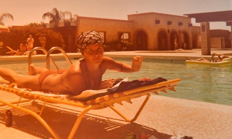 Phoenixissa pelatessaan Tamilla oli hulppeat tilukset. Kuvassa Mari Tamminen ruskettumassa ikuisen auringon alla pariskunnan aavikkolukaalin uima-altaalla.