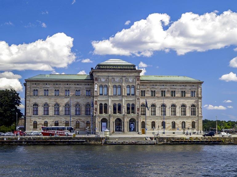 Rosvokopla iski 22.12.2000 Ruotsin kansallismuseoon Holly- wood-tyyliin ja anasti kolme arvotaulua: yhden Rembrandtin ja kaksi Renoiria.