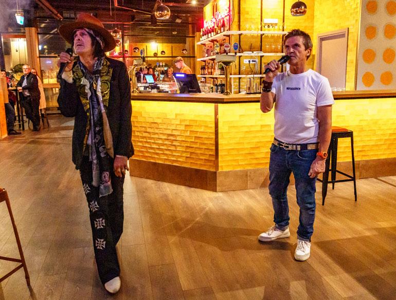 Sedu lauloi lokakuussa Andy McCoyn kanssa karaokea Aino ja Onni -ravintolassaan Tallinnassa.