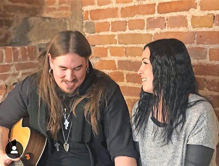Antti ja Siiri ovat olleet yhdessä vuodesta 2018 saakka. Pariskunta avioitui elokuussa läheisten todistaessa häitä.