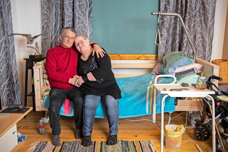 Myös Arjan mies ja omaishoitaja Mika sairastelee. Hän odottaa keuhkonsiirtoa.