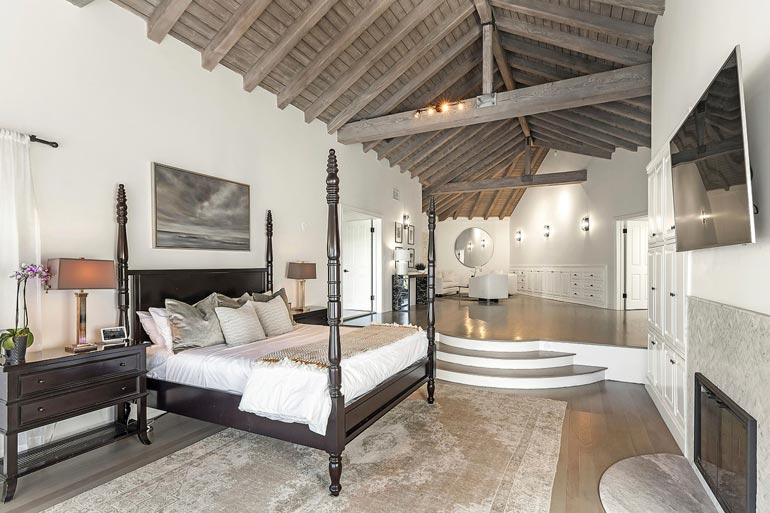 Suurimman makuuhuoneen kattoparrut luovat linnamaista vaikutelmaa. Lämmin takka ja taulu-tv tarjoavat viihdykettä.