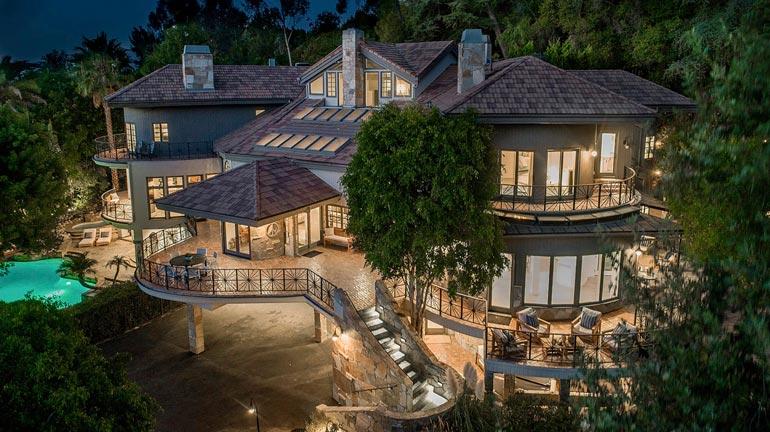 Talon arkkitehtuurissa vuoristomökki kohtaa välimerellisen tyylin. Pohjapiirrokseltaan mutkikkaassa rakennuksessa on jopa salainen turvahuone.