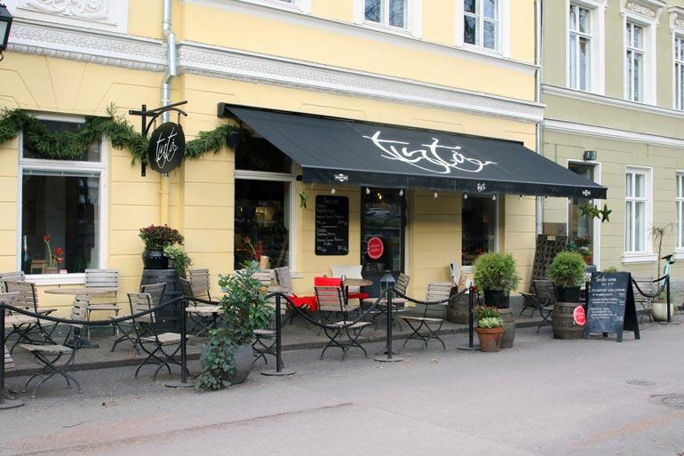 Silminnäkijöiden mukaan Maisalla lähti mopo karkuun pikkujouluissa, jotka alkoivat turkulaisesta Tintå-ravintolasta.