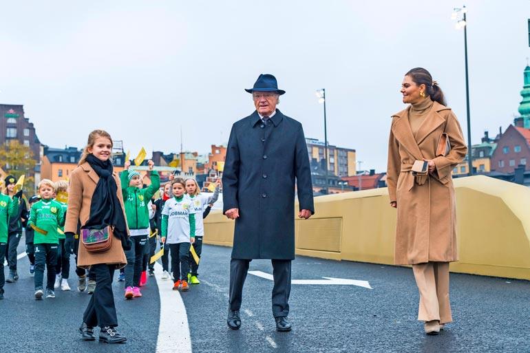 Estelle kävi ukkinsa ja äitinsä kanssa avaamassa uuden Slussbroen-sillan lokakuun lopulla Tukholmassa.