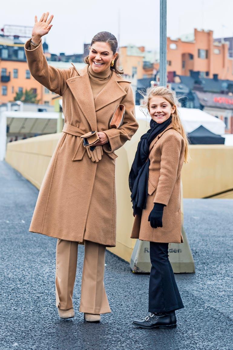 Estellellä ja Vickanilla oli yllään samanväriset klassiset villakangastakit.
