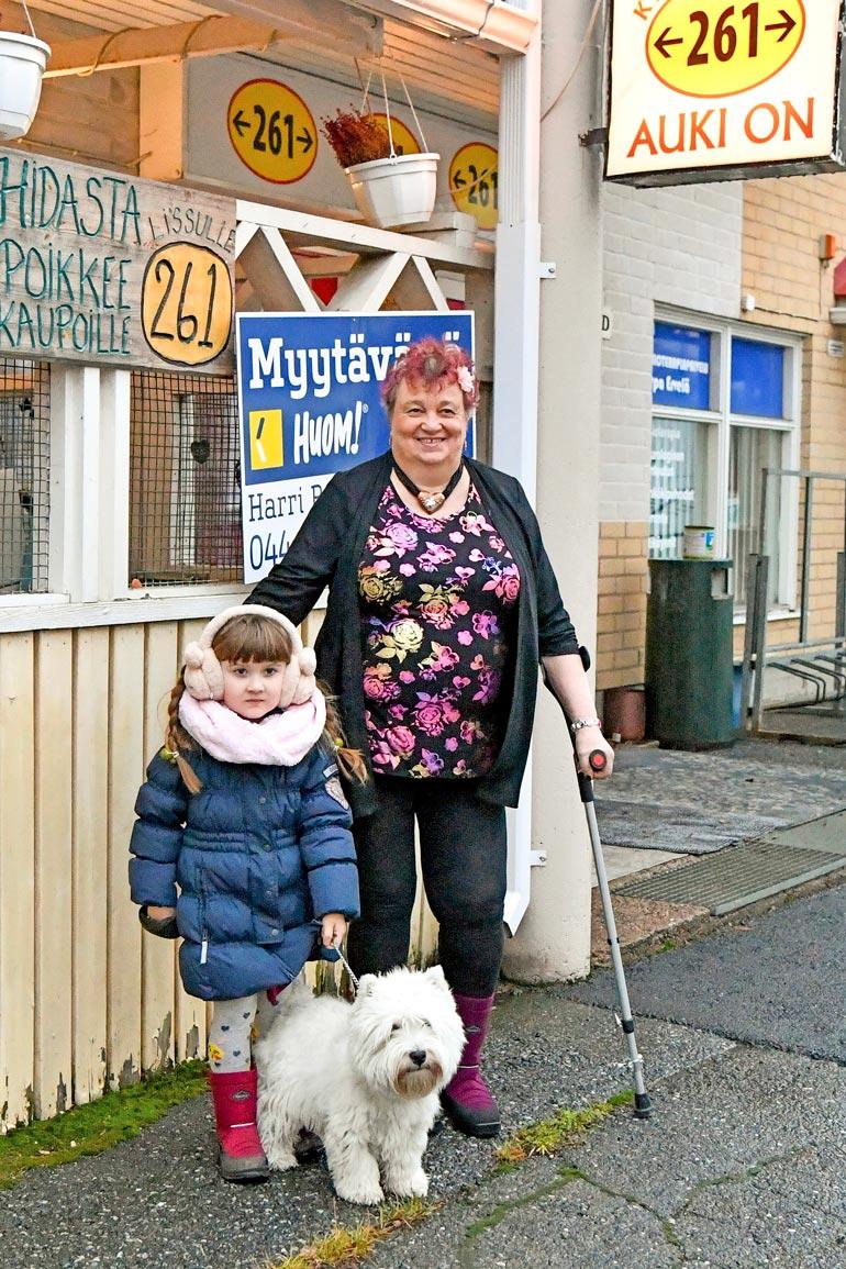 Helmillä ja Marja-Liisa-mummilla on nyt samanlaiset Kuoma-kengät. Helmin mukaan mummin on hyvä ja turvallista kävellä niillä leikkauksen jälkeen.