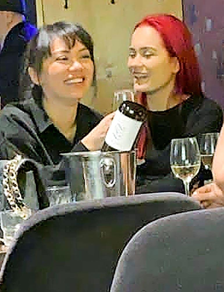 – Naisille maistui viini, paikalla ollut kertoo Seiskalle. Shirly ja Sanni viihtyivät ravintolassa valomerkkiin saakka, minkä jälkeen he poistuivat samaan suuntaan.