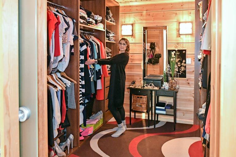 Sadulla on viimeinen sana sisustuspäätöksissä, ja hän on valloittanut koko vaatehuoneen. – Minulla kun näitä vaatteita on pikkaisen enemmän!